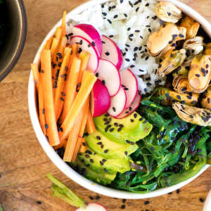 Sushi bowl with mussels