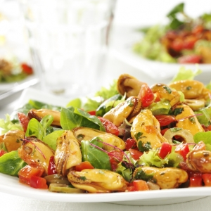 Garden herb salad with Prins'Seas Cooked mussels with dried tomato and grilled bell pepper
