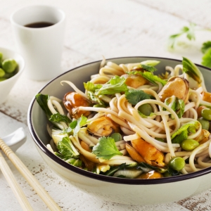 Stir-fried mussels with udon noodles