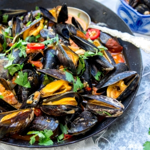 Stir-fried mussels with chorizo, tomatoes and red chilli pepper