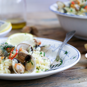 Cockles with orzo (rice-shaped pasta)