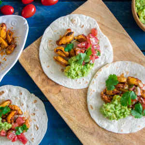Wraps with mussels, tomato salsa and guacamole