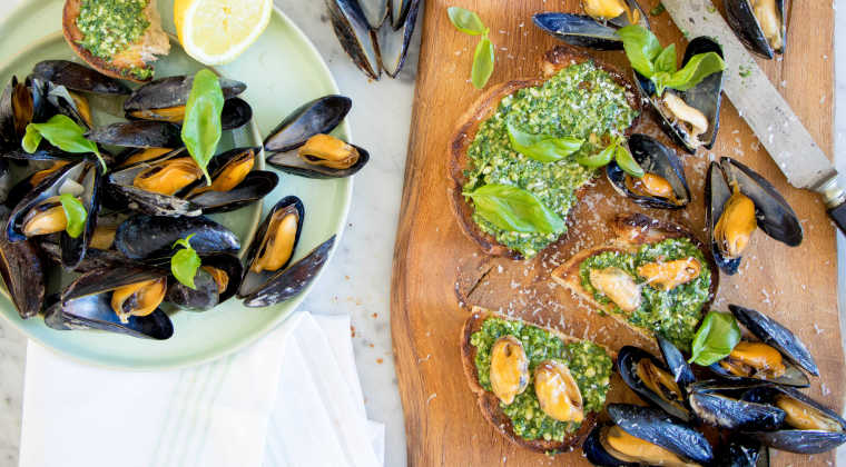 Bruschetta with mussels and pesto
