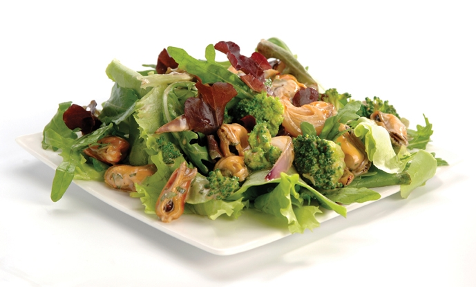 Salad with stir-fried coconut mussels and coriander