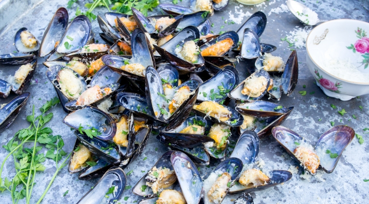 Mussels au gratin with a lemon dressing